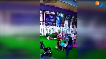 Tak sengaja putrinya tersenggol ayunan, seorang bapak menendang seorang bocah laki-laki di arena bermain sebuah pusat perbelanjaan di kawasan Kelapa Gading.