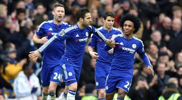 Pemain Chelsea merayakan gol yang dicetak Cesc Fabregas ke gawang West Ham United dalam dalam lanjutan Liga Inggris di Stadion Stamford Bridge, London, Sabtu (19/3/2016). (Reuters/Hannah Mckay)