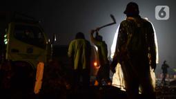 Petugas menggali kubur untuk jenazah korban Covid-19 di TPU Rorotan Cilincing, Jakarta, Sabtu (19/6/2021). Pemakaman jenazah dengan protokol covid-19 terus meningkatdalam satu pekan terakhir, seiring dengan lonjakan kasus corona di Ibu kota. (merdeka.com/Imam Buhori)