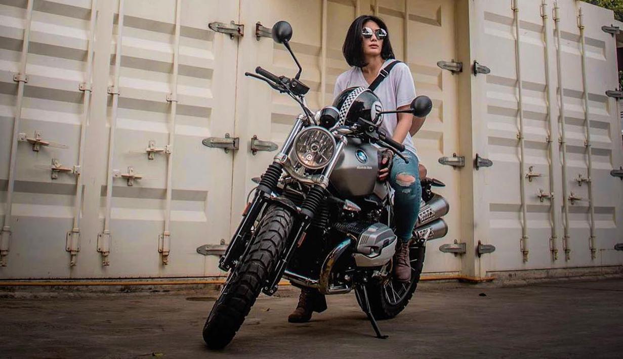 Walaupun punya hobi mengendarai motor seperti laki-laki, Nabila juga bisa tampil cantik memesona. Banyak yang bilang Nabila Putri punya tubuh yang indah dan body goals banget, bikin para cewek iri. (Liputan6.com/IG/@nabilabylla)