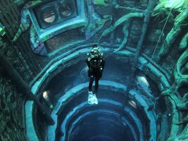 Seorang penyelam menyelam di Deep Dive Dubai, Dubai, Uni Emirat Arab, 10 Juli 2021. Deep Dive Dubai adalah kolam renang terdalam di dunia. (GIUSEPPE CACACE/AFP)