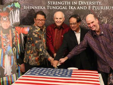 Duta besar Amerika Serikat (AS) untuk Indonesia Joseph R. Donovan Jr, Menkominfo Rudiantara memotong kue saat Perayaan HUT ke-241 Amerika Serikat di kediaman Dubes AS, Jakarta, Kamis (27/7). (Liputan6.com/Angga Yuniar)