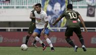 Gelandang PSIS Semarang, Jonathan Cantillana, mencoba melewati hadangan pemain PS Tira Persikabo. (Bola.com/Yoppy Renato Manalu)