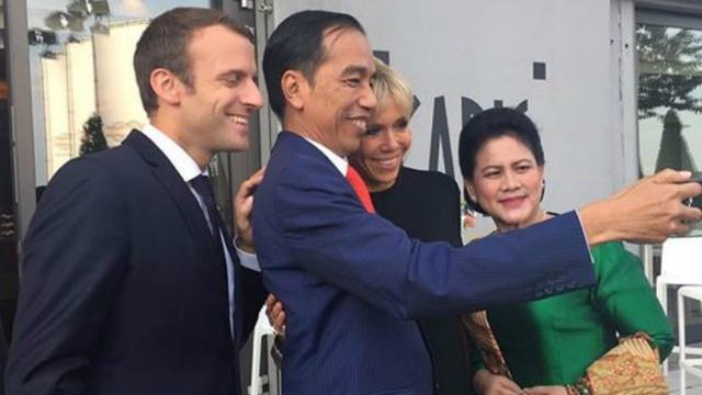 Jokowi selfie dengan Presiden Prancis Emmanuel Macron