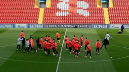 Suasana saat para pemain Barcelona mengikuti sesi latihan jelang menghadapi Liverpool pada leg kedua semifinal Liga Champions di Stadion Anfield, Liverpool, Inggris, Senin 6 Mei 2019. (Peter Byrne/PA via AP)