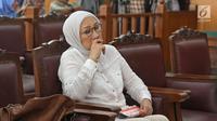 Terdakwa kasus dugaan penyebaran berita bohong atau hoaks Ratna Sarumpaet saat menjalani sidang lanjutan di PN Jakarta Selatan, Selasa (18/6/2019). Sidang tersebut beragenda pembacaan pledoi atau nota pembelaan dari terdakwa. (Liputan6.com/Herman Zakharia)