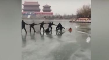 Aksi 12 Warga Untuk Selamatkan Keluarga yang Tercebur Danau Es