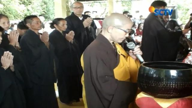 Ratusan umat Buddha melakukan pengambilan air berkah di Temanggung, Jawa Tengah. Sementara di Magelang, ratusan biksu menggelar ritual pindapata, yakni meminta sedekah dari warga.