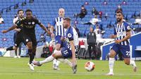 Pemain Manchester City, Raheem Sterling, mencetak gol ke gawang Brighton and Hove Albion pada laga Premier League di Stadion Falmer, Sabtu (11/7/2020). Manchester City menang 5-0. (Cath Ivill/Pool via AP)