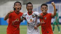 Pemain Persiraja Banda Aceh, (dari kiri) Hamdan Zamzani, Fakhrurrazi Quba, dan Muhammad Rifaldi merayakan kemenangan 3-2 atas PSS Sleman usai laga pekan kedua BRI Liga 1 2021/2022 di Stadion Madya, Jakarta, Sabtu (11/9/2021). (Foto: Bola.Com/M. Iqbal Ichs