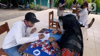 Guru membagikan kartu perdana Telkomsel dan Kuota 10 GB gratis kepada siswa kelas 7, 8 dan 9 SMPN 18, Pondok Benda, Pamulang, Tangsel, Kamis (10/9/2020). Program Kartu Perdana Merdeka itu untuk mendukung program pembelajaran jarak jauh (PJJ) di masa pandemi covid-19. (merdeka.com/Dwi Narwoko)