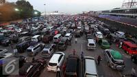 Ribuan kendaraan pemudik mengantri untuk memasuki kapal Ferry tujuan Pelabuhan Bakauheni, Lampung  di Pelabuhan Merak, Banten, Rabu, (15/7/2015). Total pemudik yang menyebrang 124.606 pemudik, 9.860 roda empat, 19.197 roda dua. (Liputan6.com/JohanTallo)
