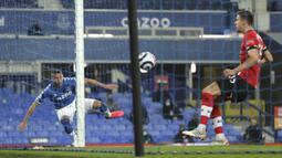 Striker Everton, Richarlison melepaskan tendangan ke gawang Everton yang kosong dan berbuah gol untuk timnya dalam laga lanjutan Liga Inggris 2020/21 pekan ke-26 di Goodison Park, Liverpool, Senin (1/3/2021). Everton menang 1-0 atas Southampton. (AP/Clive Brunskill/Pool)