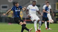 Pada menit ke-9 Inter Milan lebih dulu mengancam pertahanan Real Madrid. Umpan yang dilepaskan Lautaro Martinez kepada Edin Dzeko berhasil dimanfaatkan melaui tembakan yang masih bisa diselamatkan Thibaut Courtois menggunakan kakinya. (Foto: AP/Antonio Calanni)