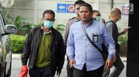 Bupati Mesuji Khamami (kiri) tiba di Gedung KPK, Jakarta, Kamis (24/1). Khamami tak bersedia memberikan pernyataan sedikit pun kepada awak media. (Merdeka.com/Dwi Narwoko)