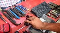Tim Resmob Polrestabes Semarang saat rilis barang bukti milik komplotan pencuri spesialis rumah kosong di Halaman Polrestabes Semarang , Minggu ( 19/6). Menjelang lebaran kejahatan pencurian rumah kosong  meningkat. (Gholib)