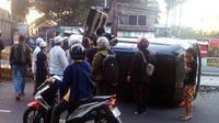 Beberapa bus Transjakarta terpaksa berhenti karena menunggu warga membersihkan puing-puing sparator menghalangi busway.
