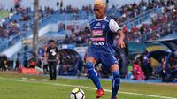 Aksi penyerang Arema, Rivaldi Bawuo, dengan warna rambut baru saat melawan Persela di Stadion Kanjuruhan, Malang (7/7/2018). (Bola.com/Iwan Setiawan)