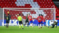 Striker Barcelona, Lionel Messi, mencetak gol ke gawang Granada pada laga Liga Spanyol di Stadion Los Carmenes, Sabtu (9/1/2021). Bracelona menang dengan skor 4-0. (AP/Jose Breton)