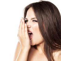 Mulut bau jadi sumber petaka utama terutama jika dekat gebetan. Ini 8 cara alami mengatasinya.