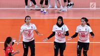Tim voli putri Indonesia merayakan poin saat melawan Korea pada perempat final voli putri Asian Games 2018 di Tennis Indoor GBK, Jakarta, Rabu (29/8). Indonesia kalah 22-25. 13-25, 18-25. (Liputan6.com/Helmi Fithriansyah)