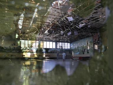 Kerusakan aula setelah sebuah ledakan bom bunuh diri mengguncang pesta pernikahan di Kabul, Afghanistan, Minggu (18/8/2019). Setidaknya 20 orang dilaporkan terluka dalam insiden tersebut. (AP Photo/Rafiq Maqbool)