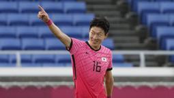 Hwang Ui-jo - Striker Timnas Korea Selatan ini berhasil mencetak hattrick saat menekuk Honduras dengan skor 6-0. Penampilan apiknya di ajang ini membuat negaranya lolos sebagai juara Grup B. (Foto: AP/Kiichiro Sato)