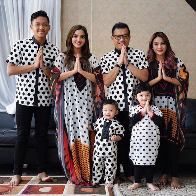 Dalam momen lebaran kemarin, dara kelahiran kota Jakarta ini pun tak segan pamerkan rambut barunya. Selain itu, ia juga terlihat kompak mengenakan busana matching dengan keluarganya. Cute!/copyright instagram.com/aurelie.hermansyah