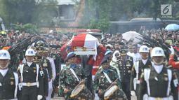 Anggota Paspampres mengusung peti jenazah almarhum Presiden ke-3 RI BJ Habibie menuju liang lahat saat tiba di Taman Makam Pahlawan (TMP) Kalibata, Jakarta, Kamis (12/9/2019). BJ Habibie meninggal pada Rabu (11/9/2019) pukul 18.05 WIB setelah menjalani perawatan di RSPAD. (merdeka.com/Iqbal Nugroho)