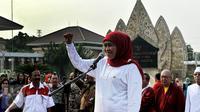 Menteri Sosial Khofifah Indar Parawansa berpidato membuka Parade Kebangsaan di TMP Kalibata, Jakarta, Minggu, (1/11/2015). Pelepasan Parade Kebangsaan ini digelar dalam rangka Hari Kesetiakawanan Nasional (HKSN) dan hari pahlawan.(Liputan6/JohanTallo)