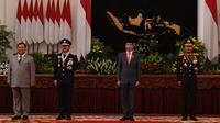 Presiden Joko Widodo (kedua kanan) didampingi Kapolri Jenderal Pol Idham Aziz, Panglima TNI Marsekal TNI Hadi Tjahjanto dan Menhan Prabowo Subianto berfoto bersama usai Peringatan Ke-74 Hari Bhayangkara Tahun 2020 di Istana Negara, Jakarta, Rabu (1/7/2020). (ANTARA FOTO/Sigid Kurniawan/POOL)