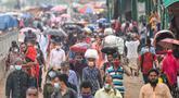 Orang-orang meninggalkan kota menuju kampung halaman mereka menjelang perayaan idulfitri di tengah pandemi corona Covid-19, di Dhaka, Selasa (11/5/2021). Mereka yang bermukim di kota-kota besar Bangladesh ingin mengunjungi keluarga di kampung halaman saat Lebaran tiba. (Munir Uz zaman/AFP)