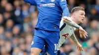Pemain Chelsea Eden Hazard berebut bola dengan pemain Tottenham Hotspur Kieran Trippier saat pertandingan Liga Inggris di Stamford Bridge, London (4/1). Chelsea harus menelan kekalahan di kandang sendiri dengan skor 1-3. (AP Photo / Frank Augstein)