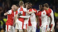 Para pemain Slavia Praha merayakan gol yang dicetak oleh Petr Sevcik ke gawang Chelsea pada laga leg kedua perempat final Liga Europa di Stadion Stamford Bridge, Kamis (18/4/2019). Chelsea menang 4-3 atas Slavia Praha. (AP/Matt Dunham)