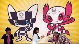 Ryo Taniguchi (kanan) menerima model 3D dari karakter maskot untuk Olimpiade dan Paralimpiade Tokyo 2020 yang dirancangnya di Tokyo, Jepang, Rabu (28/2). Maskot telah dipilih setelah pemungutan suara siswa SD di seluruh Jepang. (AP Photo/Eugene Hoshiko)
