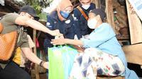 """Direktur Keuangan dan Perencanaan Strategis PT Surveyor Indoneisa (Persero), Rosmanidar Zulkifli, mengunjungi kediaman penerima bantuan """"Jabar Caang"""" di wilayah Garut (dok: Humas)"""