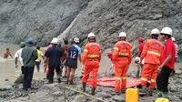 Tim penyelamat berusaha menemukan korban selamat setelah tanah longsor melanda tambang batu giok di Hpakant, Kachin, Myanmar, Kamis (2/7/2020). Para penambang tewas ketika gelombang berlumpur yang disebabkan hujan lebat mengubur mereka. (Handout/MYANMAR FIRE SERVICES DEPARTMENT/AFP)