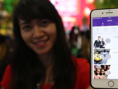 Pengunjung menunjukan aplikasi ovo untuk transaksi belanja di Plaza Semanggi, Jakarta, Jumat (8/12). Aplikasi tersebut memberikan program tarif parkir Rp1 dan cashback 30% di tenant F&B dan fashion Seluruh Lippo Mall Indonesia. (Liputan6.com/Angga Yuniar)