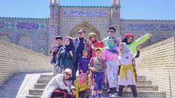 Selama liburan di Uzbekistan, Pasukan halilintar ini  tidak hanya mengunjungi Kota Samarkand. Tetapi juga mengunjungi Kota Kokand dimana disana juga memiliki Masjid yang juga sama indahnya seperti di Kota Samarkand. (Liputan6.com/IG/genhalilintar)