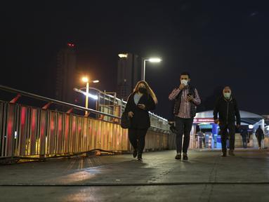 Orang-orang berjalan di jembatan layang di pusat Istanbul, Turki, Senin (26/4/2021). Presiden Turki Recep Tayyip Erdogan mengumumkan akan melaksanakan lockdown parsial akibat melonjaknya kasus COVID-19. (AP Photo/Emrah Gurel)