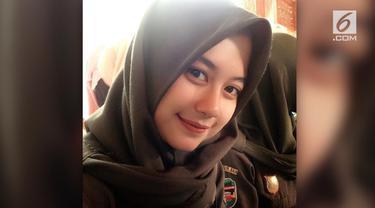 Gadis belia yang berprofesi sebagai Satpol PP Pemkab Purwakarta ini tengah menjadi buah bibir di linimasa sosial media.
