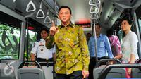 Gubernur DKI Jakarta, Basuki Tjahaja Purnama (Ahok) melihat kondisi bagian dalam bus Transjakarta khusus perempuan, Jakarta, Kamis (21/4). Peluncuran bus khusus wanita bertepatan dengan Hari Kartini. (Liputan6.com/Yoppy Renato)