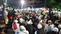 Jemaah memadati acara Maulid Nabi di Markas FPI, Jakarta Pusat. (Liputan6.com/Muhamad Ali)