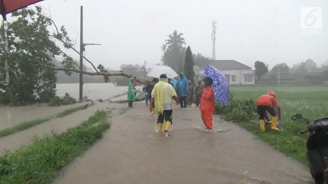 Hujan es disertai angin kencang terjadi di Magelang. Akibatnya sejumlah rumah rusak akibat tertimpa pohon yang roboh.