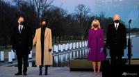 Presiden terpilih Joe Biden bersama istrinya Jill Biden dan Wakil Presiden terpilih Kamala Harris bersama suaminya Doug Emhoff mengikuti upacara penghormatan kepada warga AS yang meninggal akibat COVID-19 pada 19/1/2021 di Washington. (Foto: AP / Evan Vucci)