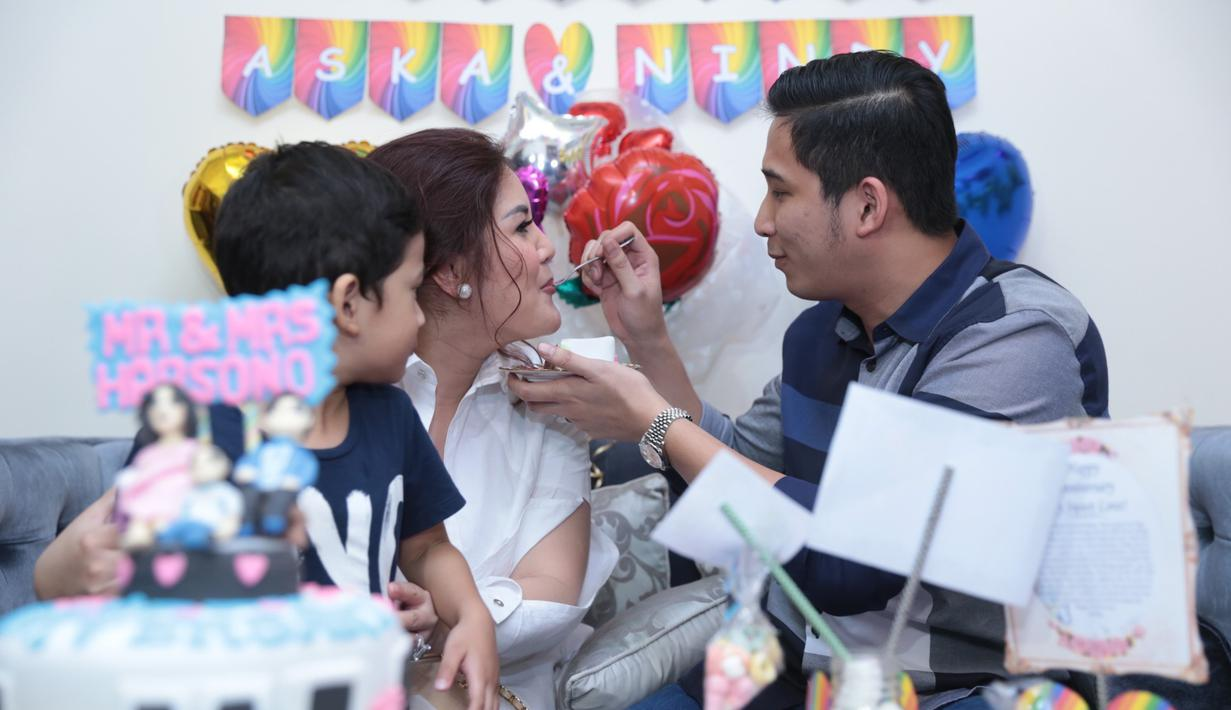 Lima tahun sudah pernikahan penyanyi Nindy Ayunda bersama dengan sang suami, Askara Parasady Harsono. Sebuah kejutan dibuat sang suami bersama dengan manajemen istrinya. (Adrian Putra/Bintang.com)