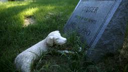 """Sebuah nisan anjing untuk """"Ginger"""" terlihat di Memorial Park in Aspen Hill, Maryland, 25 Agustus 2015. Didirikan sejak tahun 1921, lebih dari 50.000 hewan dimakamkan di tempat ini. (REUTERS/Gary Cameron)"""