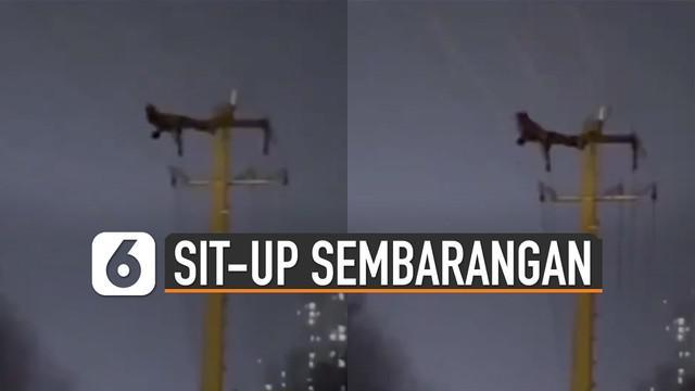Ribuan rumah terdampak listrik yang dimatikan untuk mengevakuasi seorang pria yang sit-up di tiang listrik.