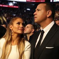Bukan hanya cantik dan bersuara emas, Jennifer Lopez juga berhati mulia. Kekasih Alex Rodriguez ini sangat tersentuh hatinya ketika melihat para korban bencana badai Maria di Puerto Rico. (AFP/Christian Petersen)