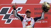 Pembalap Honda MotoGP, Marc Marquez mengangkat tangan usai memastikan gelar juara dunia MotoGP 2014 di Motegi, Jepang, (12/10/2014), (REUTERS/Toru Hanai)